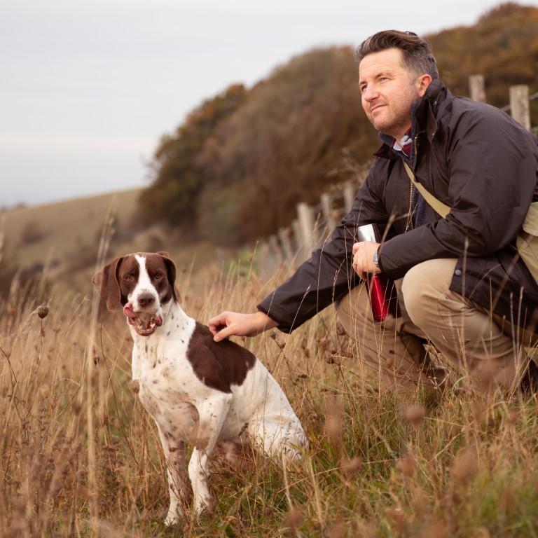 Un chien accompagné de son maître